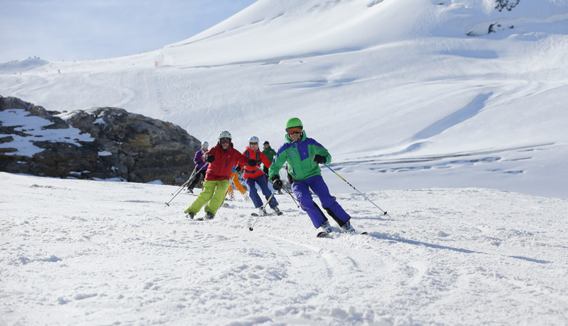 Snowork courses group skiing